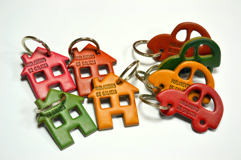 Chaveiros de diversos cores en coiro