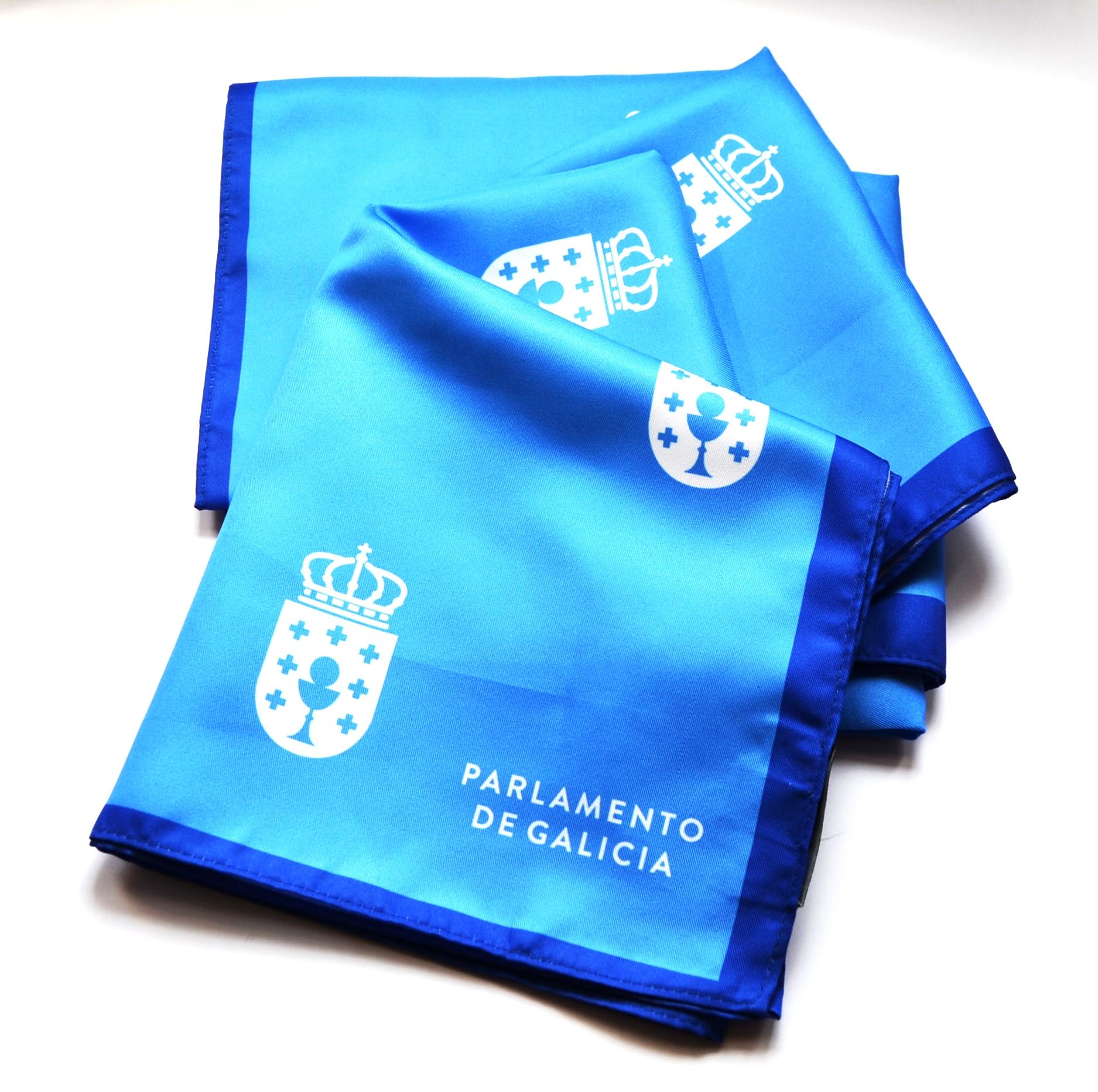 Panos de cor azul con motivos do escudo do Parlamento de Galicia