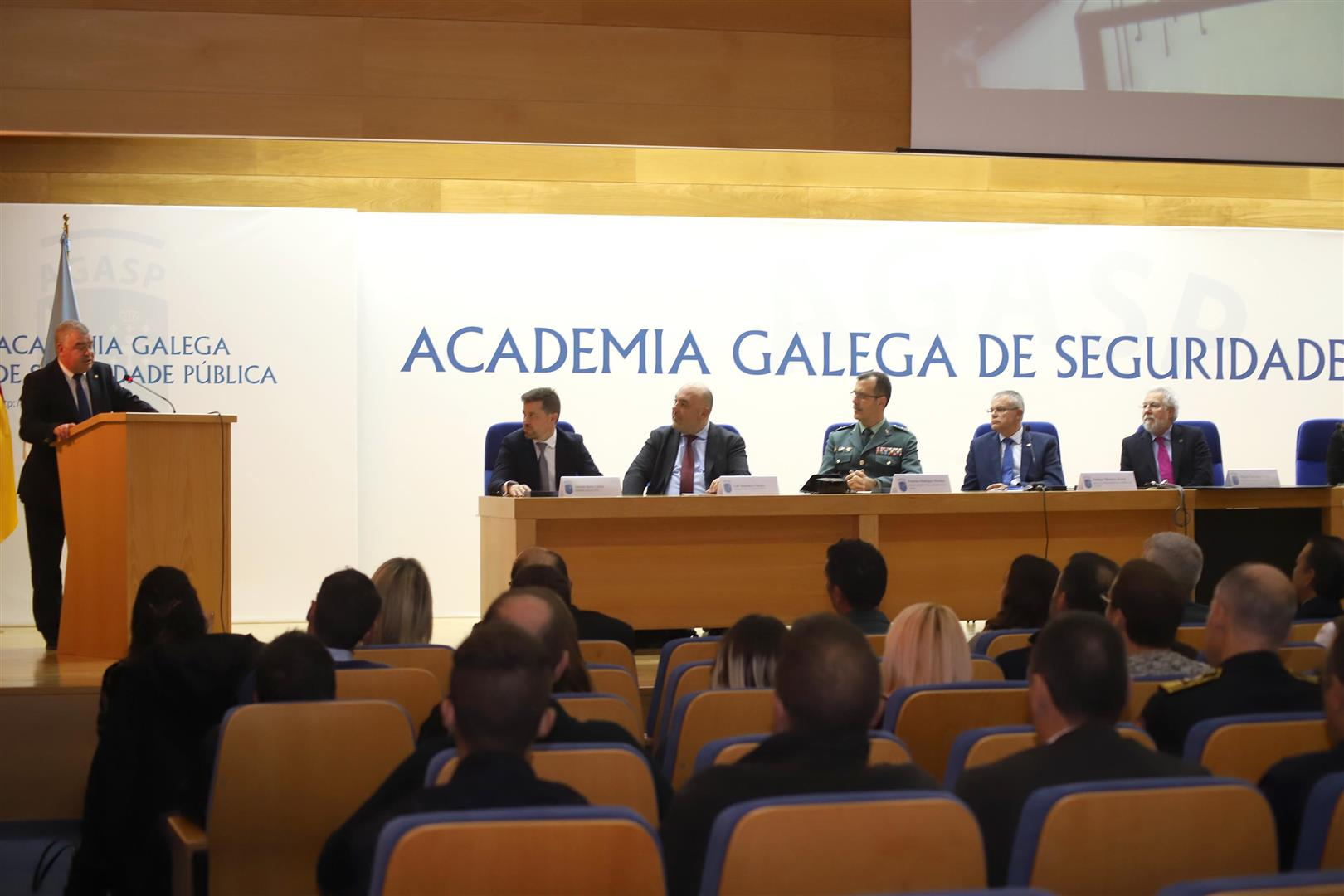 O presidente do Parlamento recibe a Medalla de Ouro do Mérito Académico e Profesional do Instituto de Criminalística