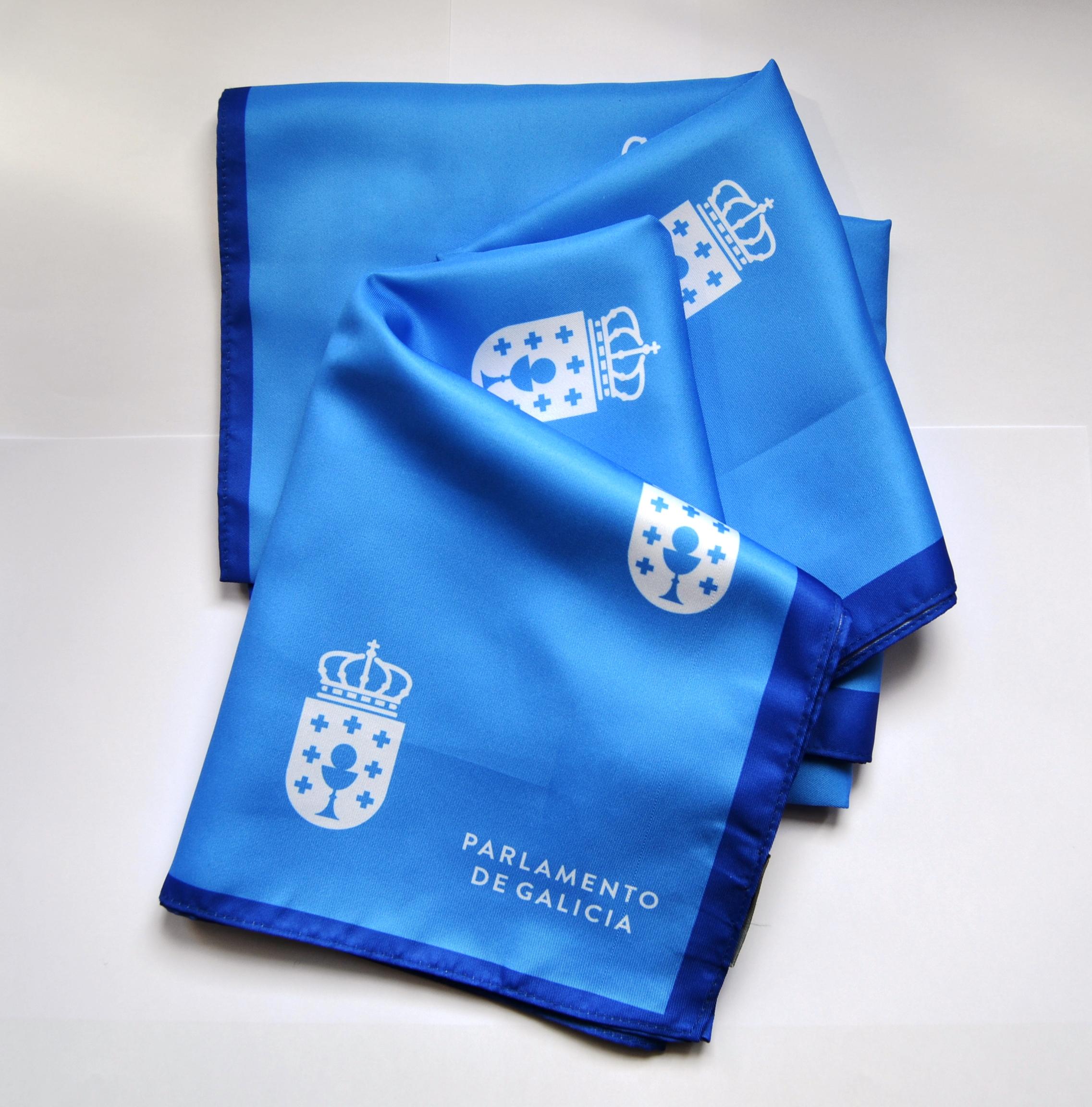 Pano de cor azul con motivo do escudo do Parlamento de Galicia